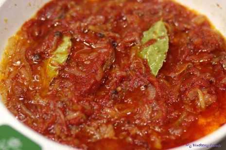 Śledzie z rodzynkami w marynacie pomidorowej