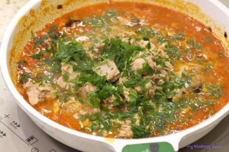 Makaron z tuńczykiem w pomidorowym sosie