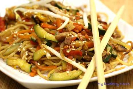 Smażony makaron Mie z wieprzowiną i warzywami