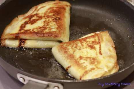 Naleśniki z serem i musem truskawkowym