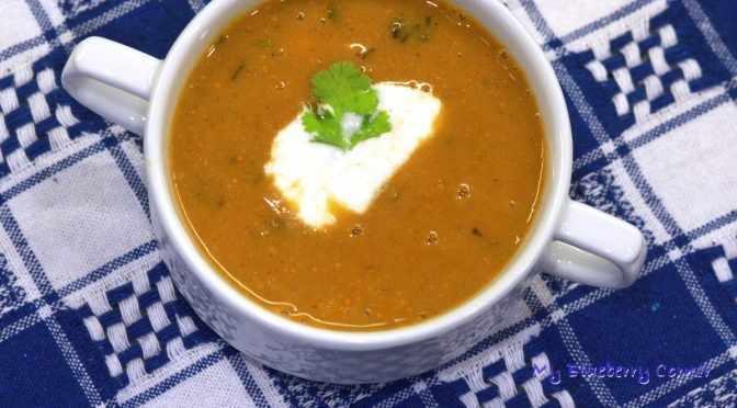 Wegańska zupa z czerwonej soczewicy
