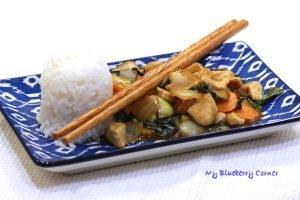 Kurczak stir fried z tajską bazylią (Pad Kra Proaw)