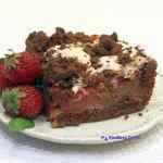 <span>Czekoladowe ciasto</span> z rabarbarem i truskawkami
